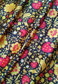 Атласная ткань с клубничкой