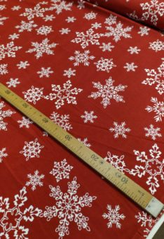 ткань снежинки на красном